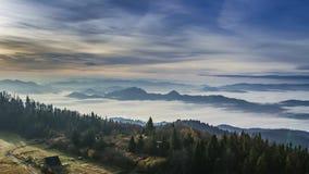 La salida del sol con fluir se nubla en las montañas de Tatra, Polonia metrajes