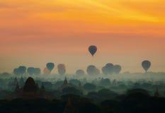 La salida del sol de Cenic con muchos aire caliente hincha sobre Bagan en Myanmar foto de archivo libre de regalías