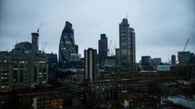 La salida del sol del día al lapso oscuro 4k de la noche tiró del centro del dowtown de Londres que igualaba las luces brillantes metrajes