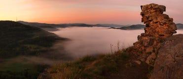 La salida del sol del verano en colinas sobre el río, cielo colorido, piedra arenisca colorida oscila. Foto de archivo
