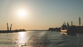 La salida del sol en el delta de Danubio cerca del negro considera Foto de archivo libre de regalías