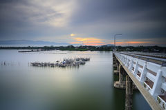 La salida del sol en el puente Laem canta Tailandia Fotografía de archivo libre de regalías