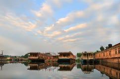 La salida del sol en la ciudad de Srinagar (la India) Imágenes de archivo libres de regalías