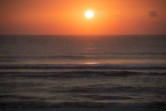 La salida del sol en la playa en Punta hace Ouro en Mozambique Fotografía de archivo