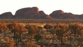 La salida del sol enfoca adentro en Kata Tjuta en Australia almacen de metraje de vídeo