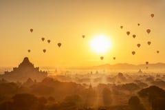 La salida del sol escénica con muchos aire caliente hincha sobre Bagan imagen de archivo libre de regalías