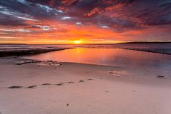 La salida del sol gloriosa y el océano oscilan la playa Cronulla de la piscina imagen de archivo libre de regalías