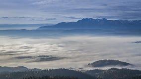 La salida del sol imponente con fluir se nubla en las montañas de Tatra, Polonia almacen de metraje de vídeo