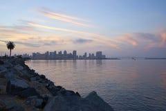 La salida del sol sobre la bahía de San Diego y de Coronado como petrolero pasa debajo del puente de Coronado imagenes de archivo