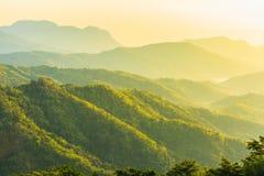 La salida del sol sobre la montaña sonó Imagenes de archivo