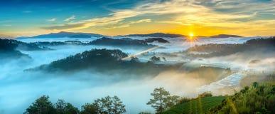 La salida del sol sobre la ladera como el sol que sube de horizonte refleja el cielo amarillo brillante ligero fotografía de archivo libre de regalías