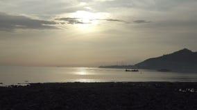 La salida del sol temprano por la mañana en la playa tropical de Pemuteran Bali, Indonesia, barco de pesca flota en una bahía metrajes