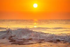 La salida del sol y el brillo agita en el océano Imágenes de archivo libres de regalías