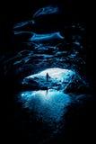 La salida - por debajo un glaciar dentro de una cueva de hielo de Islandia en la laguna del glaciar de Jokurlsarlon Fotos de archivo