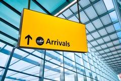 La salida y la llegada del aeropuerto firman en Heathrow, Londres fotos de archivo libres de regalías