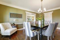 La salle à manger olive légère comporte une table de salle à manger découpée par bois photo libre de droits