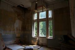 La salle abandonnée de manoir Images libres de droits