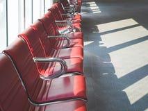 La salle d'attente pose le terminal de porte d'aéroport de rangée Photo libre de droits