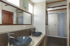 La salle de bains avec de la crème a couvert de tuiles des murs Photographie stock libre de droits