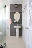 La salle de bains blanche de l'intérieur et ont les articles sanitaires Photos stock