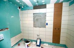 La salle de bains couvre de tuiles la rénovation Images libres de droits