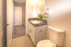 La salle de bains de maison modèle avec des agréments aiment une serviette et une usine sur le compteur en San Diego California Image libre de droits