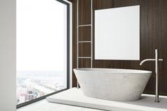 La salle de bains, le baquet et l'affiche en bois foncés dégrossissent Photo libre de droits