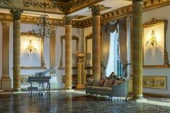 La salle de bal et le restaurant dans le style classique 3d rendent illustration libre de droits