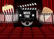 La salle de cinéma avec la rangée du rouge pose le maïs éclaté et les billets Calibre d'événement de première Conception superbe  illustration libre de droits