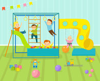 La salle de jeux d'enfants avec le terrain de jeu léger de décor de meubles et les jouets sur le plancher tapissent décorer la ba Image libre de droits