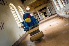 La salle des enfants abandonnés rampants Image stock