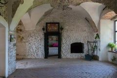 La salle du saint historique Michels de château avec une porte massive et un trottoir en bois sur le plancher Chinadiyevo Images stock