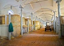 La salle pour le stockage du foin dans le bâtiment du centre de cheval-élevage Photos libres de droits