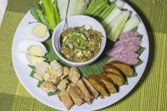 La salsa de inmersión asó a la parrilla las hierbas picantes con los acompañamientos, comida tailandesa Imagen de archivo