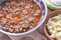 La salsa de la carne picadita con las verduras cocinó en cacerola con las pastas Fotografía de archivo