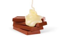 La salsa de la leche dulce se vierte en una barra de chocolate fotografía de archivo libre de regalías
