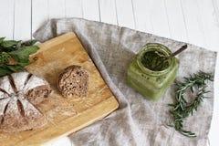La salsa del Pesto con pan negro Fotografía de archivo libre de regalías