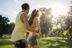 La salsa di dancing dell'uomo e della donna di estate parcheggia Fotografie Stock