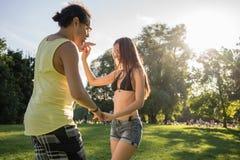 La salsa di dancing dell'uomo e della donna di estate parcheggia Fotografia Stock Libera da Diritti