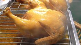 La salsa di pesce ha brasato il pollo, alimento della via in Tailandia video d archivio