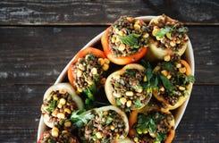 La salsa verde cruda del maíz de las lentejas de la comida vegetariana sana rellenó pep foto de archivo