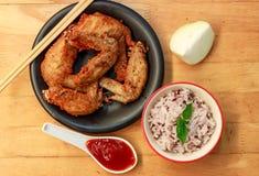 la salsa y el pollo de la falta de definición del arroz en el fondo de madera Foto de archivo