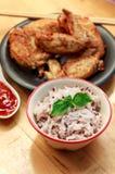 la salsa y el pollo de la falta de definición del arroz en el fondo de madera Imagen de archivo libre de regalías