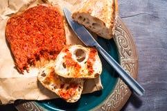 La salsiccia calabrese di Nduja dell'italiano piccante è servito con le sedere domestiche rustiche Fotografia Stock