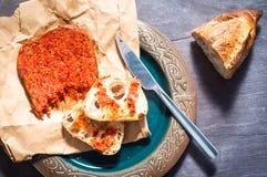 La salsiccia calabrese di Nduja dell'italiano piccante è servito con le sedere domestiche rustiche Immagini Stock Libere da Diritti