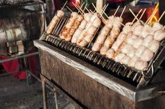 La salsiccia cotta ha cucinato sul camino Fotografia Stock