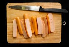 La salsiccia ha affettato e servito su un tagliere di legno leggero immagine stock