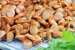 La salsiccia, incide i piccoli pezzi. Immagini Stock Libere da Diritti