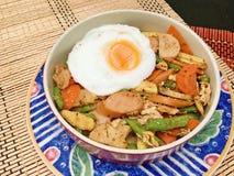 La salsiccia mista fritta delle verdure è servito con l'uovo fritto Fotografia Stock Libera da Diritti