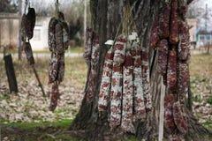 La salsiccia spagnola del chorizo in un mercato di grande alimento si incontra immagini stock